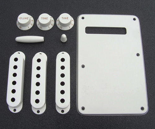 099-1395-000 - Genuine Fender Stratocaster Parchment Accessory Kit